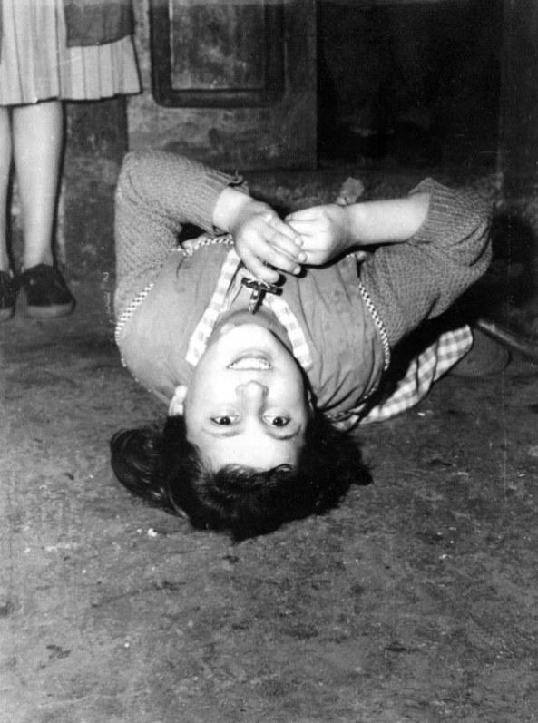 Esta perturbadora imagen es una de las verdaderas escenas de la euforia aparicionista que sufrieron unos niños en Garabandal, españa, en 1961. La Iglesia de entonces declaró  que no se podía atribuir origen divino a las manifestaciones de los supuestos videntes.